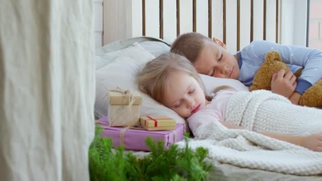 Lindos-niños-durmiendo-en-la-mañana-de-Navidad