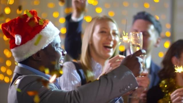 Colegas-de-oficina-feliz-bailando-en-la-fiesta-de-Navidad