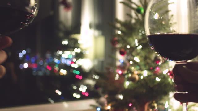 Cheers-Rotweingläser-Urlaub-Weihnachtsbaum-Hintergrund