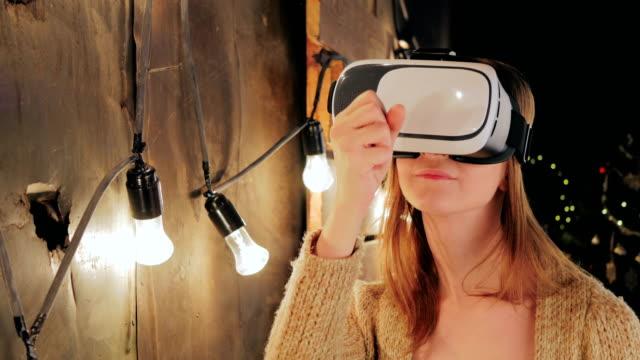 Junge-Frau-mit-Virtual-Reality-Brille