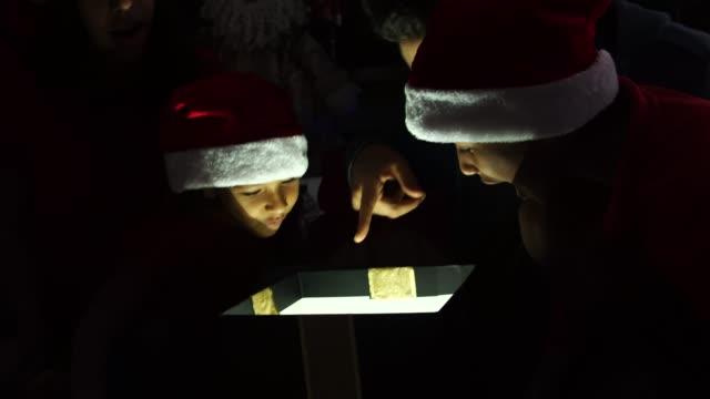 Familia-abrir-una-caja-de-regalo-mágica