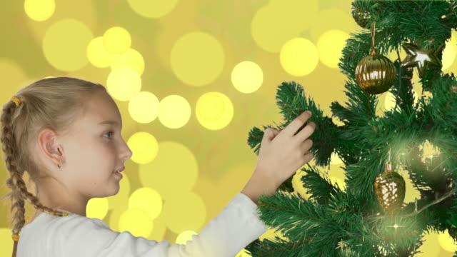Excitada-joven-blanco-decoración-árbol-de-Navidad-y-mirando-feliz-a-abeto-Preparación-para-celebran-el-feliz-Navidad-y-feliz-año-nuevo-vacaciones-Fondo-abstracto-parpadeo-oro-