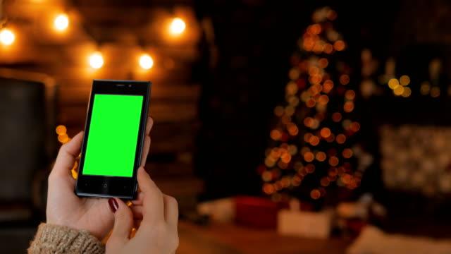 Mujer-buscando-a-smartphone-con-pantalla-verde