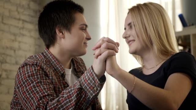 Zwei-junge-Lesben-süß-schauen-einander-Hand-in-Hand-ein-Liebespaar-LGBT-60-fps