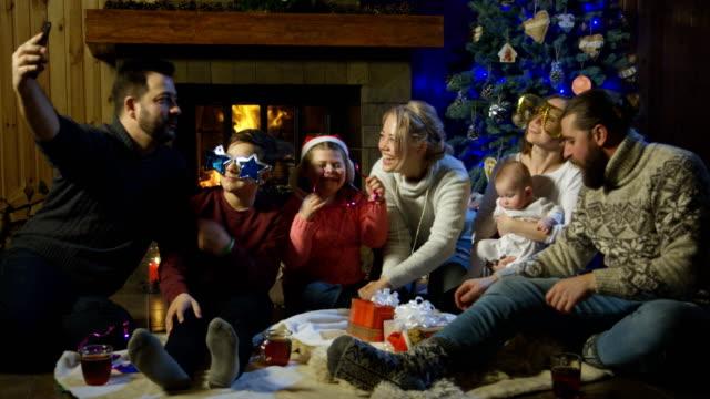 Dos-familias-jóvenes-posando-para-una-foto-de-Navidad