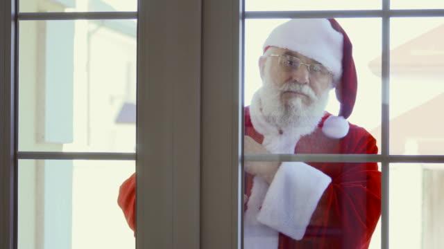 Santa-Claus-knocking-in-window