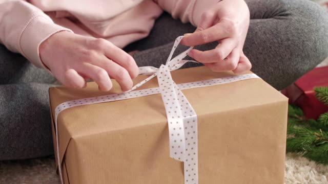 Frauenhand-Verpackung-Weihnachten-präsentiert