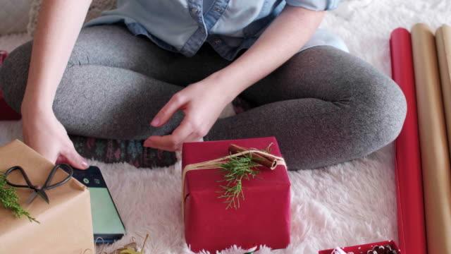 Frau-die-Weihnachten-Geschenke