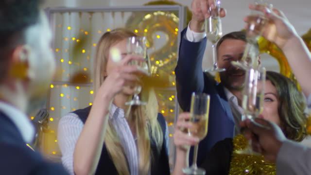 Colegas-de-oficina-tener-nuevo-años-de-fiesta
