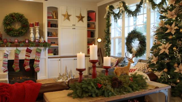 Tiro-interior-de-la-casa-decorada-para-Navidad