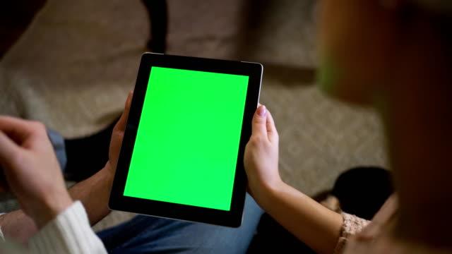 Par-mira-pantalla-verde-en-el-ipad-el-día-de-Nochebuena