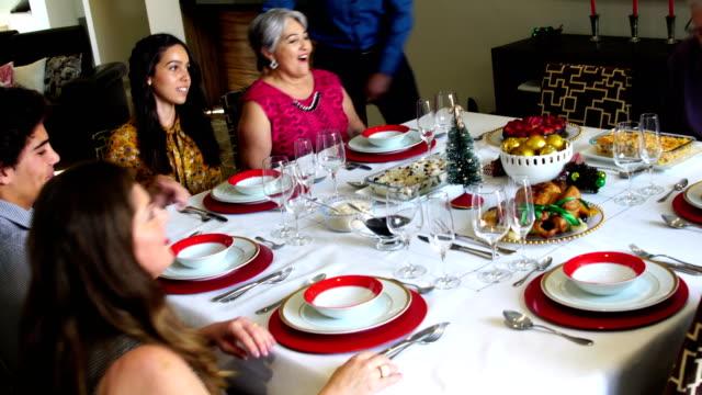Familia-brasileña-celebrando-la-cena-de-Navidad