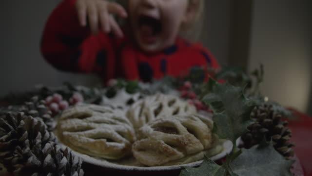 Niedliche-kleine-Mädchen-packte-eine-leckere-Christmas-Pudding-wenn-niemand-zusieht