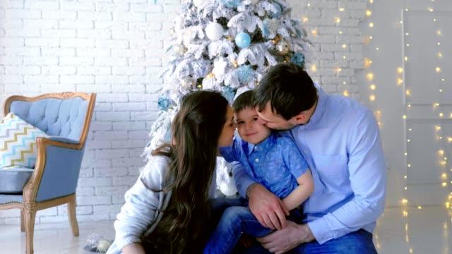 Familia-decoración-árbol-de-navidad