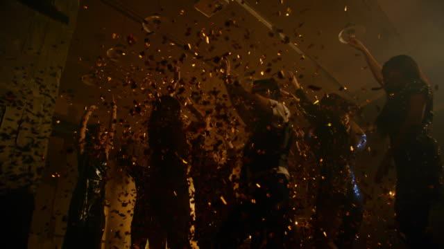 Fiesta-de-la-gente-tirando-confeti-y-bailes