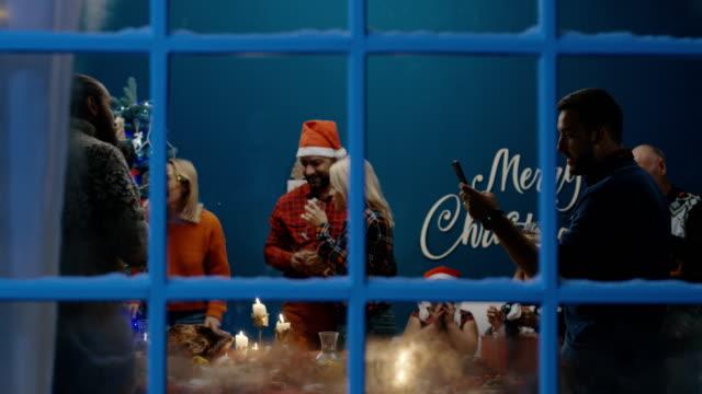 Fröhliche-Menschen-die-Weihnachten-zu-Hause-feiern