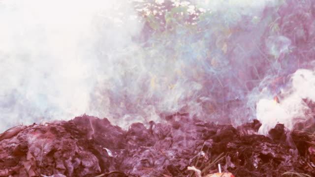 Fuego-lenta-ardiendo-en-la-pila-de-la-basura-a-la-contaminación-del-aire