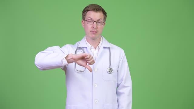 Retrato-de-joven-hombre-Doctor-encogiéndose-de-hombros