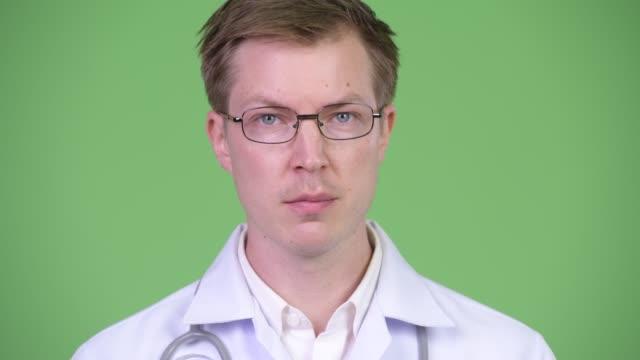 Joven-médico-asintiendo-con-la-cabeza-y-decir-sí