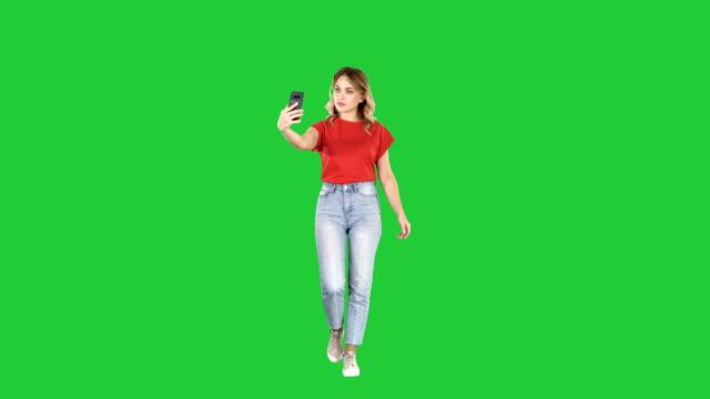 Süße-sexy-Mädchen-mit-blonden-Locken-und-Selfie-auf-einem-Green-Screen-Chroma-Key
