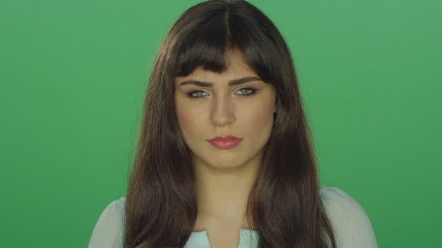 Cansado-mujer-morena-hermosa-mirando-un-poco-preocupados-sobre-un-fondo-de-estudio-de-pantalla-verde