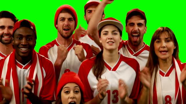 Grupo-de-amigos-viendo-el-juego-de-Futbol