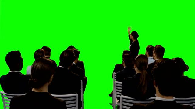 Empresaria-a-presentación-futurista-pantalla-digital