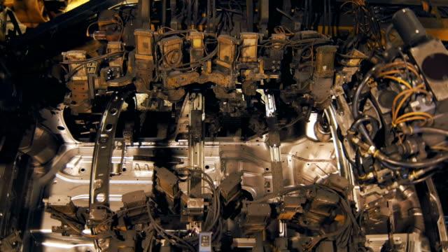 automáticamente-de-la-soldadura-en-la-producción-del-cuerpo-de-coche-robots-soldadura-vista-superior