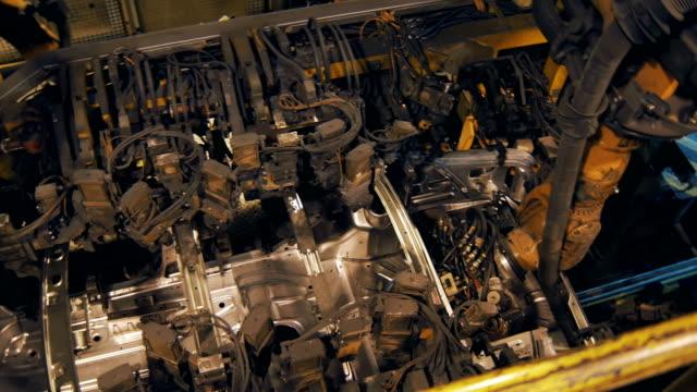 panorama-superior-de-soldadura-automáticamente-en-la-producción-de-la-carrocería-robots-de-soldadura