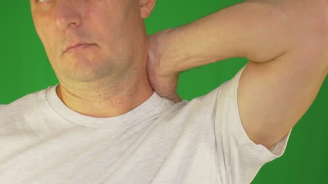 Hombre-frotándose-el-cuello-y-los-hombros-con-la-mano-izquierda-Extremo-frontal-cerrar-vista-Tiro-bloqueado-
