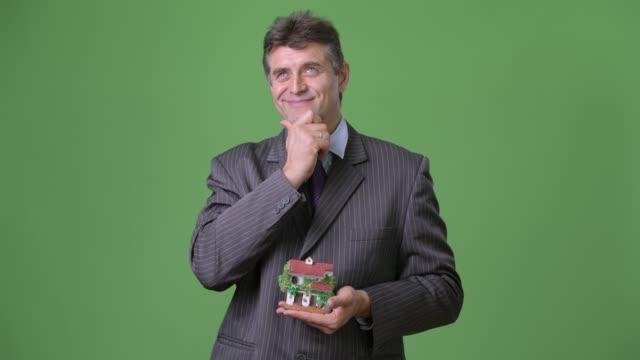 Empresario-maduro-guapo-sobre-fondo-verde