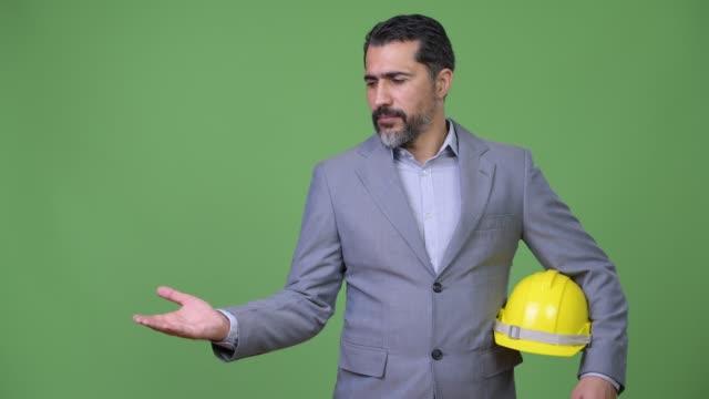 Hermoso-persa-barbado-empresario-Ingeniero-mostrando-algo