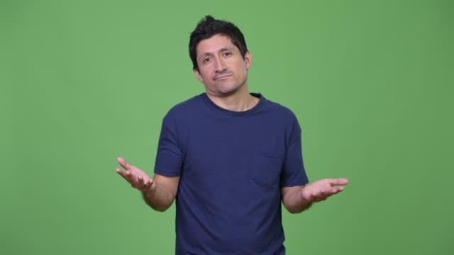 Hombre-hispano-encogiéndose-de-hombros