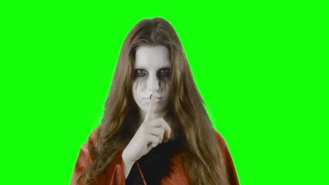 Â¡Secreto--adolescente-disfrazada-para-Halloween-o-una-fiesta-de-disfraces-contra-una-pantalla-verde