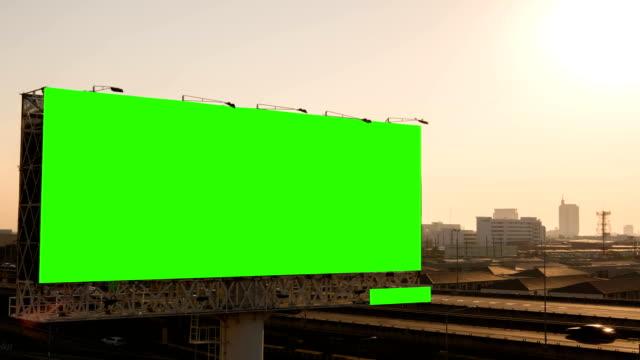 Green-Screen-von-Werbe-Plakat-auf-dem-Expressway-während-des-Sonnenuntergangs-mit-Stadt-Hintergrund-in-Bangkok-Thailand-Zeitraffer-