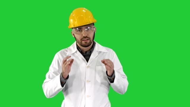 Ingeniero-seguro-hombre-hablando-a-cámara-en-una-pantalla-verde-Chroma-Key