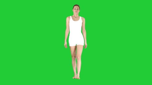 Profesor-de-yoga-caminar-y-hacer-ejercicio-sobre-una-pantalla-verde-Chroma-Key-de-respiración