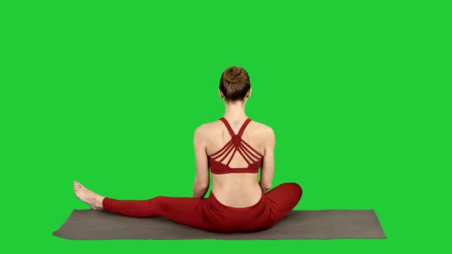 Mujer-tomando-una-pose-de-loto-sobre-una-pantalla-verde-Chroma-Key