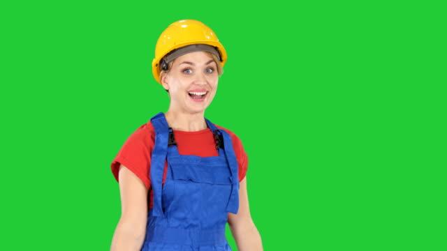 Trabajador-de-la-construcción-femenina-bailando-feliz-en-una-pantalla-verde-Chroma-Key