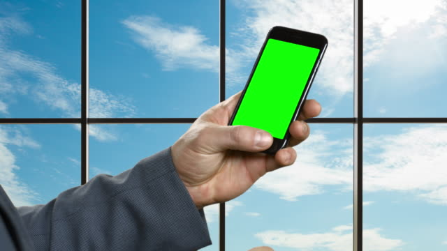 Mann-mit-Smartphone-auf-dem-Hintergrund-ein-großes-Fenster-