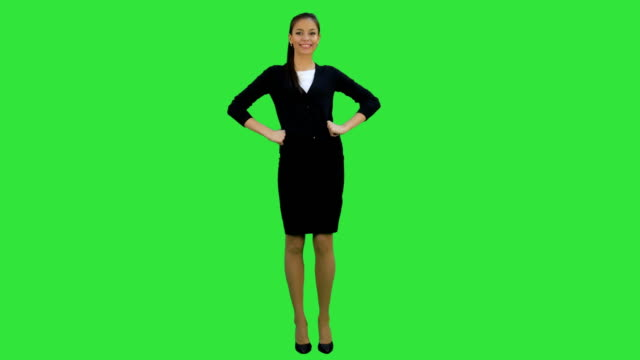 Mujer-joven-coqueta-guiño-a-cámara-y-renunciando-a-la-mano-en-una-pantalla-verde-Chroma-Key