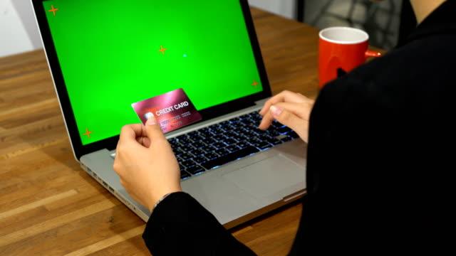 Geschäftsfrau-die-Eingabe-der-Kreditkartendaten-mit-Mock-up-Display-laptop