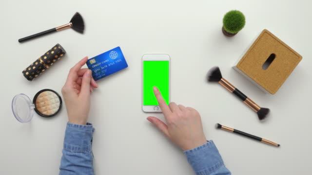 Ansicht-von-oben-Overhead-Frau-mit-Kreditkarte-und-Smartphone