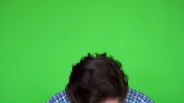 Cerrar-por-disparo-de-un-hombre-enfermo-en-Plaid-camisa-Caughing-y-estornudo-Fondo-es-pantalla-verde-