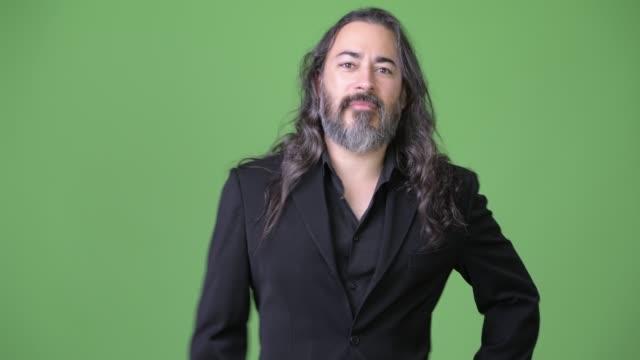 Estudio-de-disparo-de-maduro-guapo-barba-a-empresario-multiétnico-con-el-pelo-largo