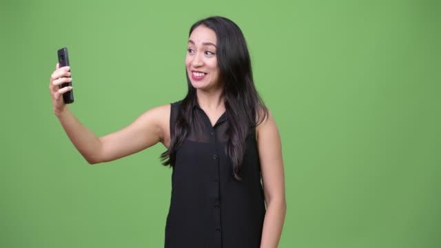Teléfono-de-muestra-joven-empresaria-asiática-hermosa