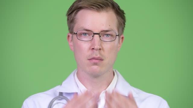 Porträt-des-jungen-Mann-Arzt-Deckung-Mund