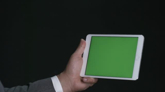 Männliche-Hände-mit-Tablet-mit-futuristischen-Technologie