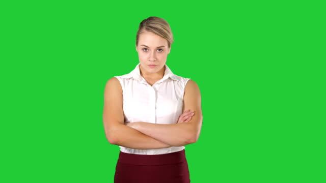 Mujer-de-negocios-sonriente-con-los-brazos-cruzados-sobre-una-pantalla-verde-Chroma-Key