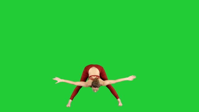Mujer-joven-en-flexión-hacia-delante-asana-yoga-pose-en-una-pantalla-verde-Chroma-Key
